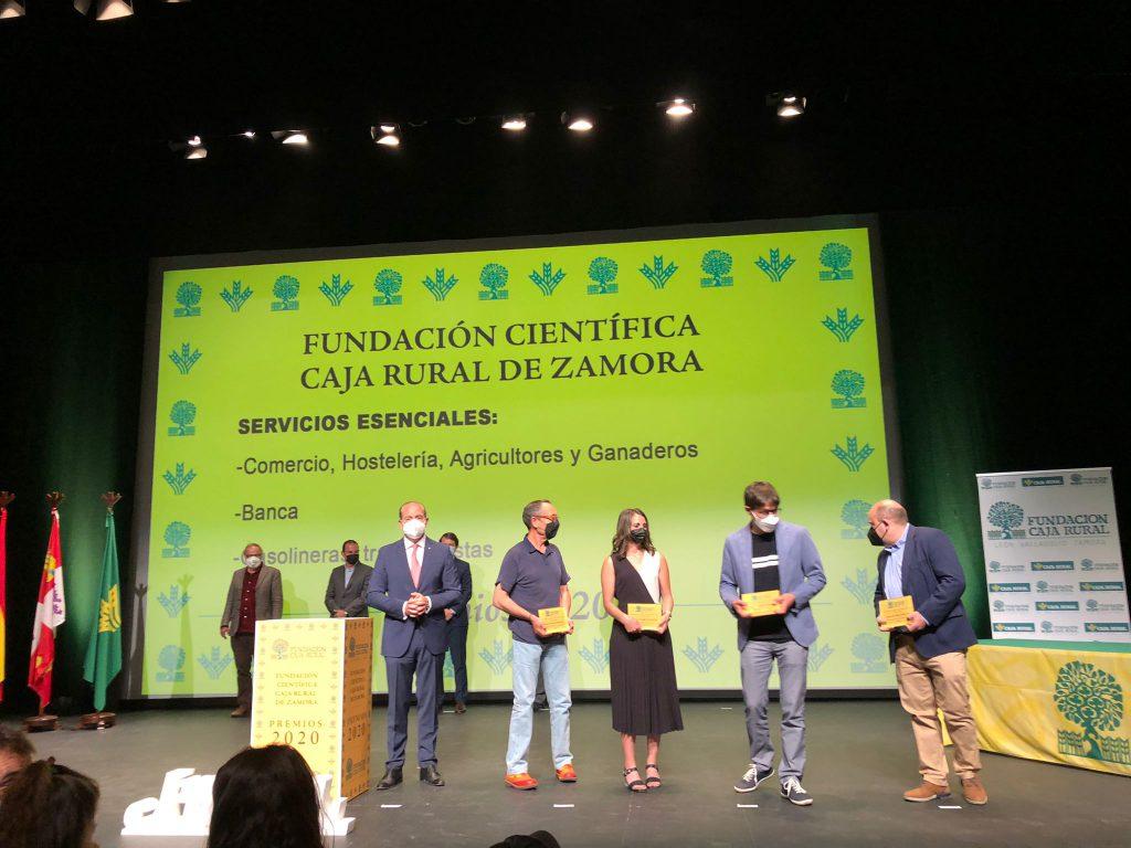 Ruperto Prieto Corpas, presidente de AZECO, recibe de la Fundacion científica Caja Rural recibe el premio al sector comercio por la importante labor realizada durante el tiempo de pandemia Covid 19